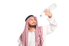 Spragniony arab trzyma pustą plastikową butelkę Fotografia Stock