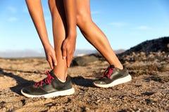 Sprained женщина бегуна спортсмена ушиба лодыжки идущая стоковые фотографии rf