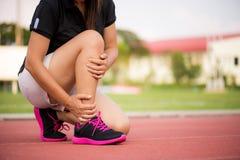 Sprained лодыжка Молодая женщина страдая от травмы лодыжки стоковое фото