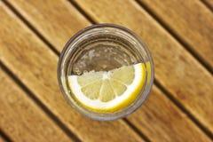 Sprankelend sodawater met citroen in een glas met bellen op br royalty-vrije stock afbeeldingen