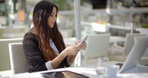 sprawdź bizneswoman jej komórkę zdjęcie wideo