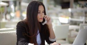 sprawdź bizneswoman jej komórkę zbiory
