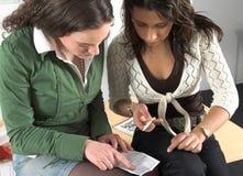 sprawdź dziewczyn ciążowy test dwa nastolatków. Obrazy Royalty Free