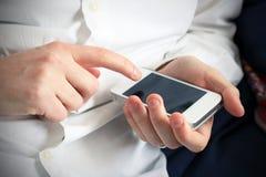 Sprawdzać agendę na smartphone Zdjęcia Royalty Free
