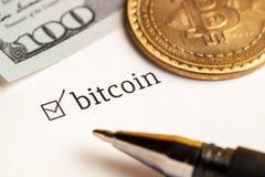 Sprawdzać checkbox z słowa bitcoin i dolary przy tłem Kwestionariuszu pojęcie zdjęcia stock