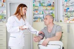 Sprawdzać ciśnienie krwi męski pacjent Obrazy Stock