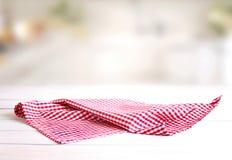 Sprawdzać czerwony pykniczny płótno na stole Fotografia Stock