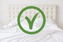 Sprawdzać dla czystości Horyzontalny strzał biała wygodna łóżka i zieleni zatwierdzenia szyldowa wykrywa dobra sanacja uwarunkowy zdjęcie stock
