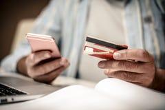 Sprawdzać finanse na telefonie komórkowym zdjęcie royalty free