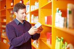 sprawdzać mężczyzna apteki produkty Fotografia Stock