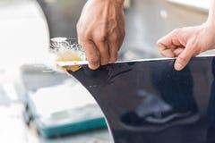 Sprawdzać samochodowego włókna rekordowej części ciała przy samochodowym garażem zdjęcie royalty free
