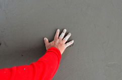 Sprawdza beton ręką zdjęcia stock
