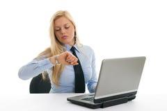 sprawdzać czas niespokojni bizneswomany Obraz Stock