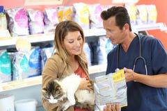 Sprawdza dawać rada o jedzeniu dla zwierząt domowych zdjęcie royalty free