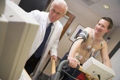 sprawdza doktorskiego daje zdrowie pacjenta Fotografia Stock