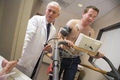 sprawdza doktorskiego daje zdrowie pacjenta obrazy stock
