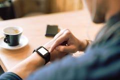 Sprawdzać jego smartwatch Zdjęcia Stock