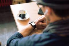 Sprawdzać jego smartwatch Obrazy Royalty Free