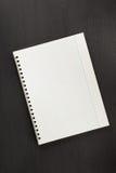 Sprawdzać notatnik na czarnym drewnie Zdjęcie Stock
