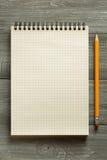 Sprawdzać notatnik na drewnianym stole Zdjęcia Stock