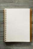Sprawdzać notatnik na drewnianym stole Zdjęcia Royalty Free