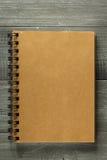 Sprawdzać notatnik na drewnianym stole Obraz Stock