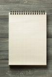Sprawdzać notatnik na drewnianym stole Obraz Royalty Free