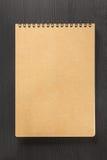 Sprawdzać notatnik na drewnie Fotografia Stock