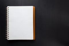 Sprawdzać notatnik na drewnie Zdjęcie Stock