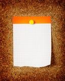 Sprawdzać nutowy papier na korkowej desce Obraz Stock