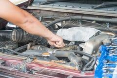 Sprawdza samochodowego silnika Zdjęcie Royalty Free