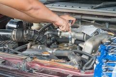 Sprawdza samochodowego silnika Fotografia Stock
