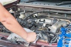 Sprawdza samochodowego silnika Fotografia Royalty Free