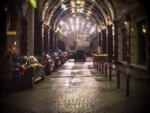 Sprawdza wewnątrz hotelowego Ritz Carlton Moskwa na tle drodzy samochody przy łukowatym wejściem Zdjęcie Stock