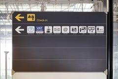 Sprawdza wewnątrz przewdonik informaci deski znaka lotnisko międzynarodowe i usługuje Obraz Stock