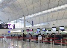 Sprawdza wewnątrz kontuar w lotnisku przy Hongkong Fotografia Royalty Free