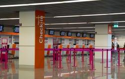 Sprawdza wewnątrz teren w lotnisku Obrazy Stock
