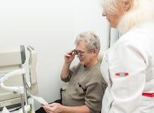 Sprawdza wzrok na optometric klinice Obrazy Stock