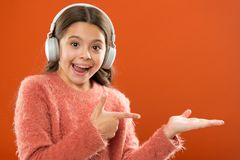 Sprawdza za muzyki usługi kopii przestrzeni Słuchawki bezprzewodowa nowożytna technologia Dziewczyny dziecko słucha muzycznych be obrazy stock