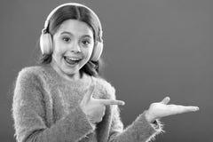Sprawdza za muzyki us?ugi kopii przestrzeni S?uchawki bezprzewodowa nowo?ytna technologia Dziewczyny dziecko s?ucha muzycznych be obraz stock