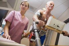 sprawdza zdrowie pielęgniarki pacjenta Zdjęcia Stock