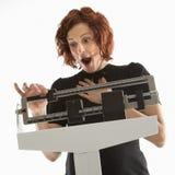 sprawdzić jej wadze kobiety zdjęcie royalty free