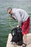 sprawdzić sprzęt akwalung. Zdjęcie Royalty Free