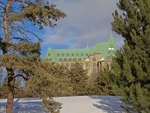 Sprawiedliwość budynek w gothic odrodzenie stylu Ottawa, frameed świerkowymi drzewami fotografia stock