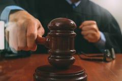 Sprawiedliwość i prawa pojęcie Męski sędzia uderza g w sala sądowej Zdjęcie Royalty Free