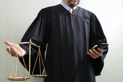 Sprawiedliwość i prawa pojęcie Męski sędzia w sala sądowej z balan Obraz Royalty Free