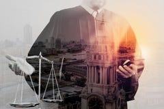Sprawiedliwość i prawa pojęcie Męski sędzia w sala sądowej z balan Zdjęcia Royalty Free