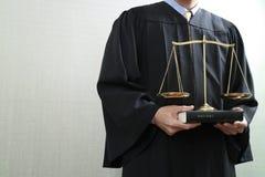 Sprawiedliwość i prawa pojęcie Męski sędzia w sala sądowej z balan Zdjęcie Stock