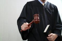 Sprawiedliwość i prawa pojęcie Męski sędzia w sala sądowej z młoteczkiem Obrazy Royalty Free