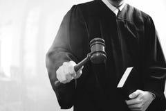 Sprawiedliwość i prawa pojęcie Męski sędzia w sala sądowej z młoteczkiem Zdjęcie Stock